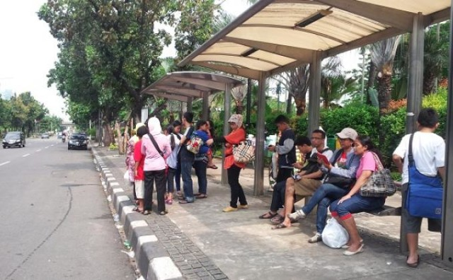 20140203_calon-penumpang-bus-tingkat-wisata