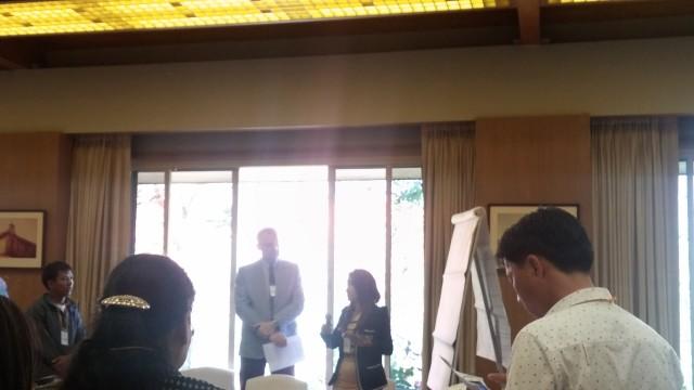 Seorang peserta dari Myanmar mempresentasikan hasil diskusi kelompok.